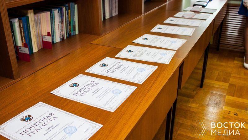 Почётные грамоты, благодарности и медали стали неотъемлемой частью торжественного открытия всероссийской конференции «Безопасность плавания судов рыбопромыслового флота», которая накануне прошла во Владивостоке. Среди тех, кто принимал поздравления, – один из старейших работников Владморрыбпорта Виталий Елисеев