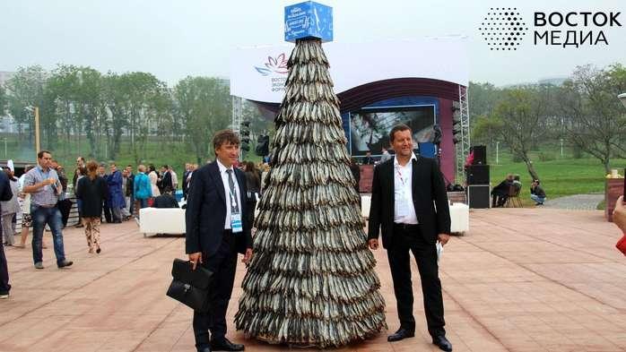 В прошлом году на втором ВЭФ фурор произвела другая работа сахалинских мастеров – 2,5-метровая ёлка из корюшки. На её изготовление ушло 2532 «хвоста».