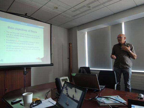 Председатель рабочей группы Ян Сундет (Норвегия) докладывает об изменениях  репродуктивного потенциала камчатского краба в Баренцевом море