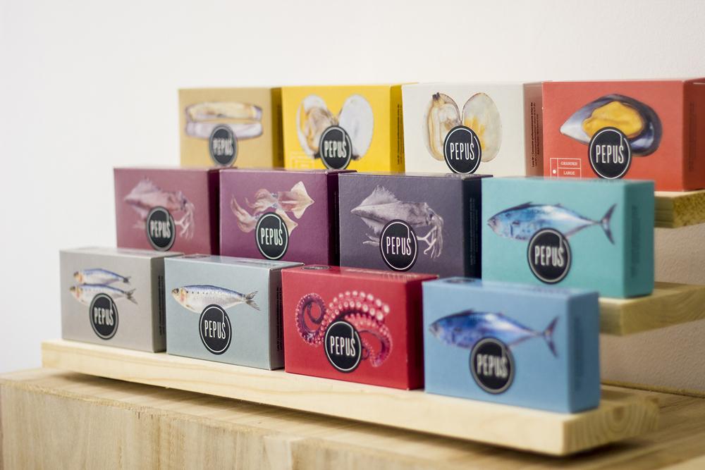 Испанская студия MOS представляет дизайн упаковки для бренда Pepus, который включает линейку морепродуктов и оливок. Новый дизайн упаковки вошел в программу по обновлению корпоративной айдентики с целью увеличения продаж в Испании и за пределами страны.